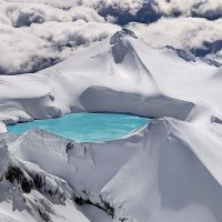 emerald-lake-in-the-crater-of-an-extinct-volcano-tongariro-national-park-new-zealand